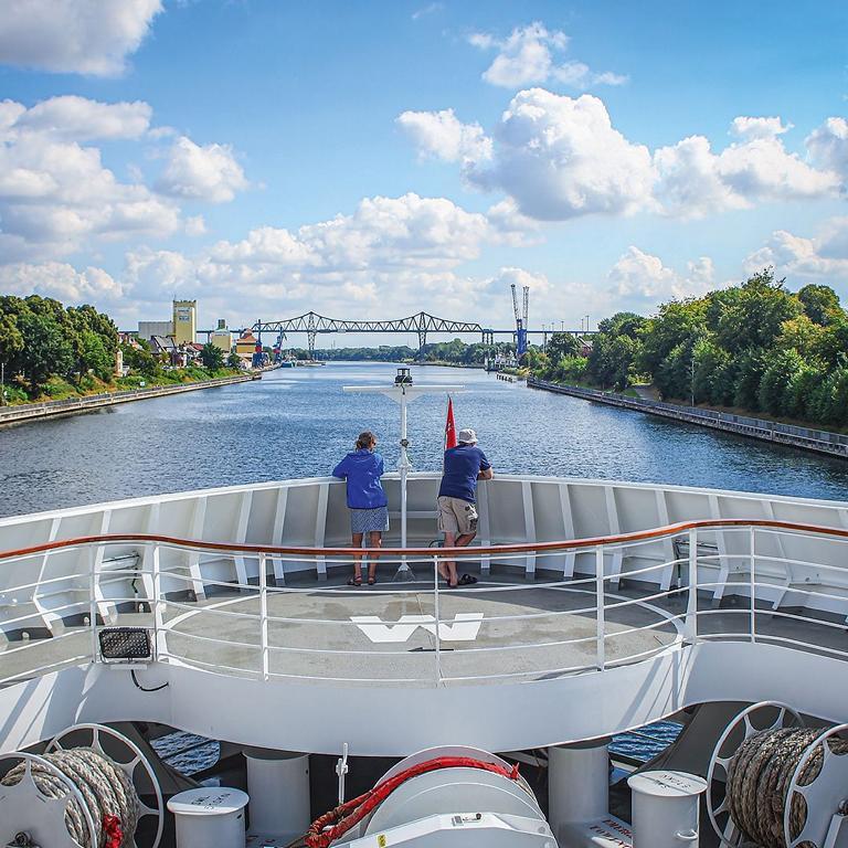 Nord Ostsee Kanal mit der Hanseatic nature